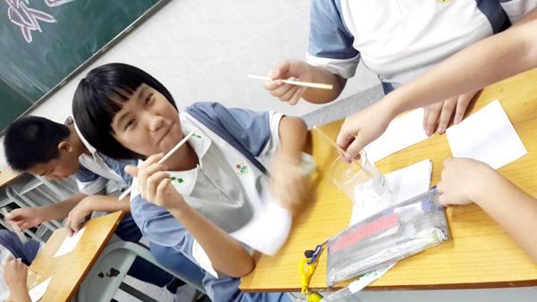 学生在用酚酞制作隐形字