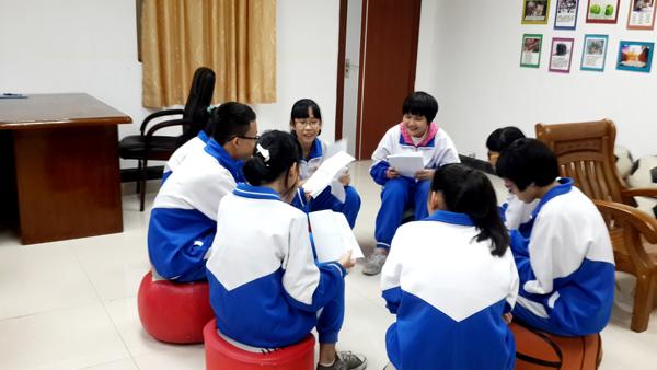 图二:组员向自己小组内的同学分享自己的个性
