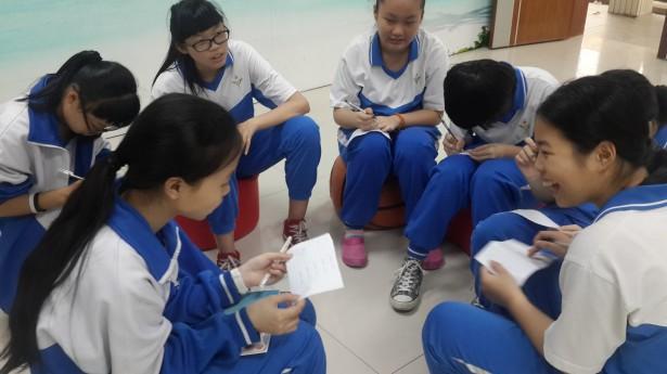 学生互相分享