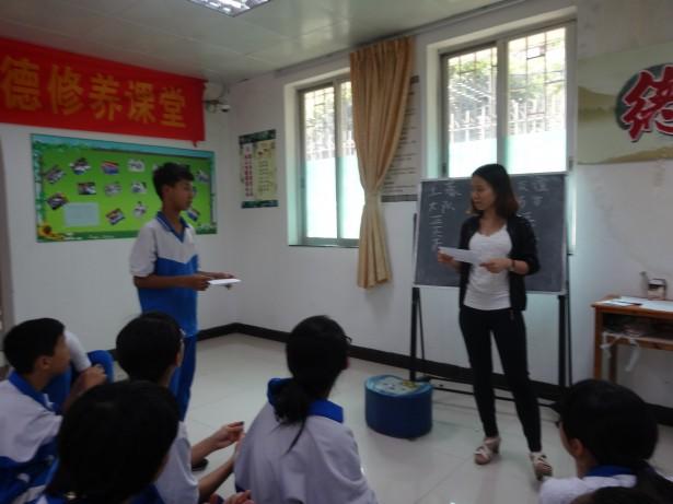 社工与同学一起学习如何驳斥非理性想法