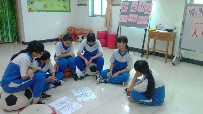 图二:小组成员在分享