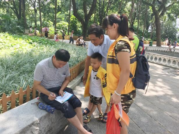 亲子志愿者向路人宣传环保精神。