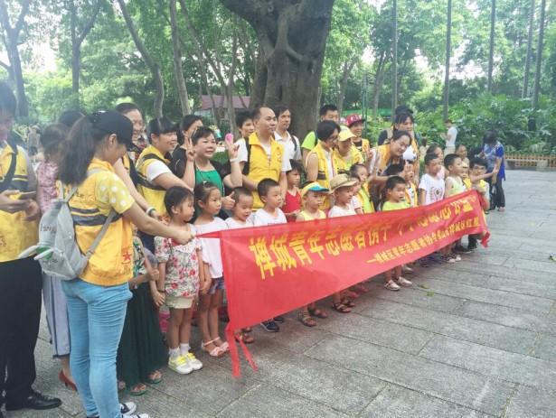 禅城青年志愿者协会携手小小志愿者公益活动合影。