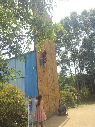学员勇敢攀岩,挑战自我
