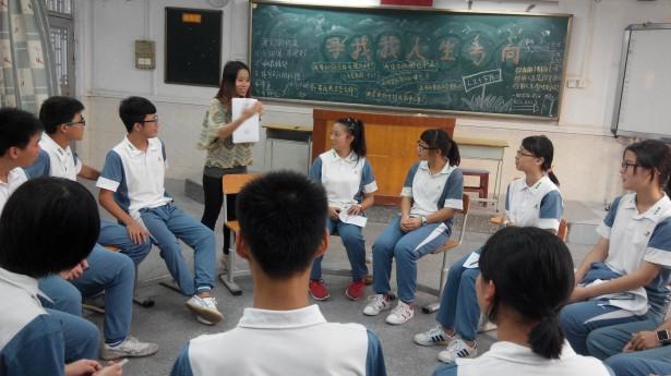 社工耐心地为同学们讲解未来规划图的填写