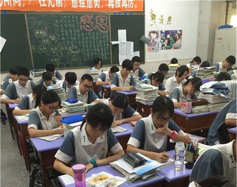 学生在写自己的理想