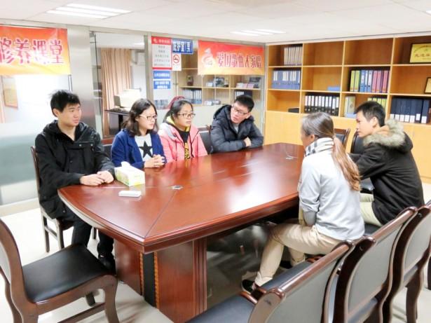 社工正在向普东居委会吴书记了解普东社区的基本情况