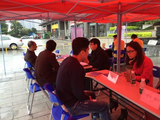 律师志愿者为居民解答法律问题