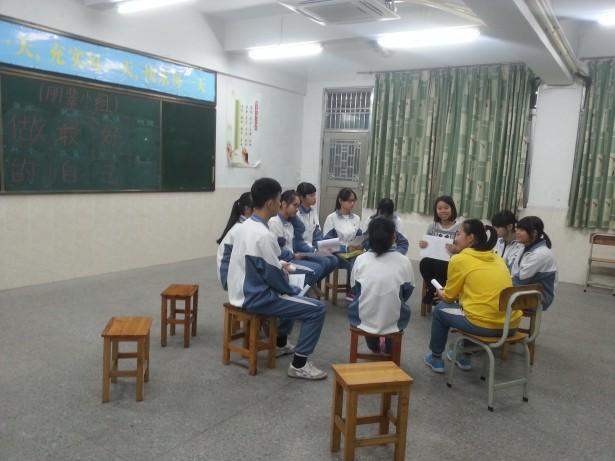 何姑娘与学生们探讨自己的优点