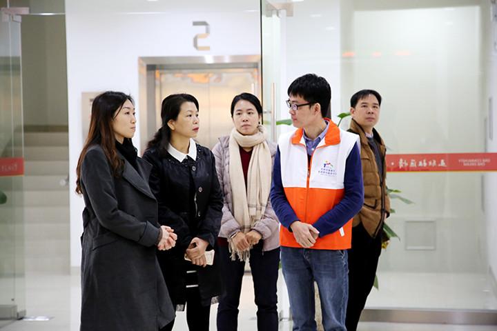 普东居委会吴书记(左一)介绍社区工作思路