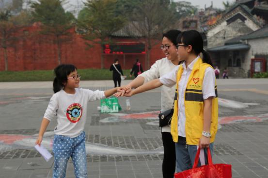 图一:随行义工与活动参与者一起加油打气