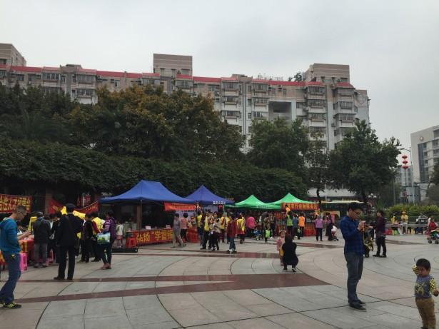 活动现场设置各类志愿服务摊位