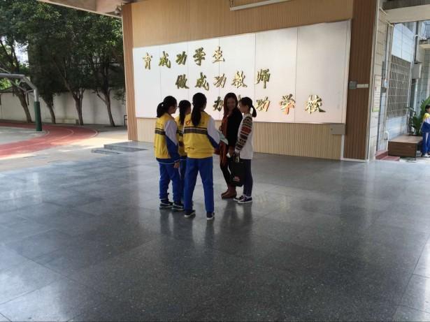 图为 朋辈成员主动积极向来访的家长介绍驻校社工