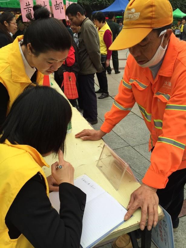 公共法律志愿者为市民解答法律问题