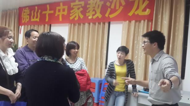 活动后,家长们仍积极地与欧老师探讨家庭教育