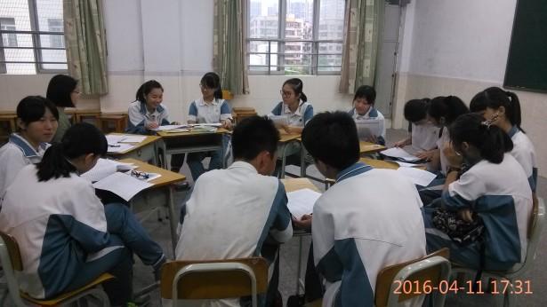 同学们认真地在职业分类表上寻找自己喜欢的职业