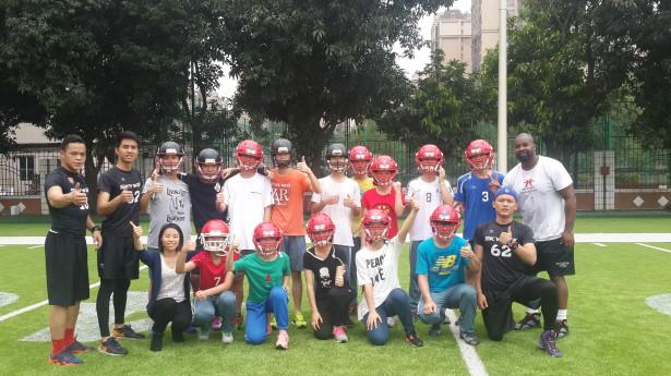 体育生穿上装备体验橄榄球