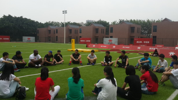 外教教练、毕业不久的体育生教练、企业高管与学生分享体育行业的发展以及高中生的生涯规划