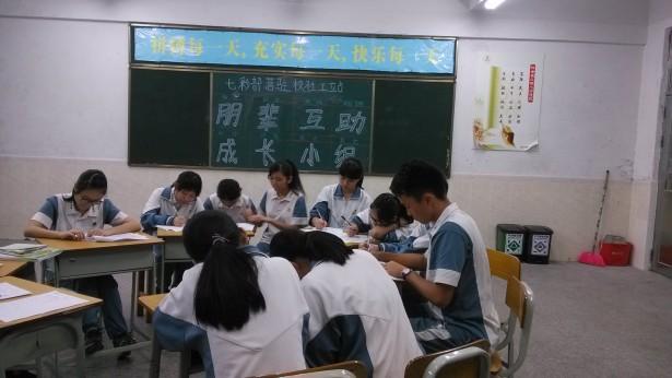 同学们认真地写下被遗忘的能力
