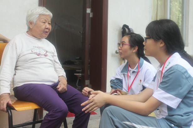 学生与老人聊天谈心