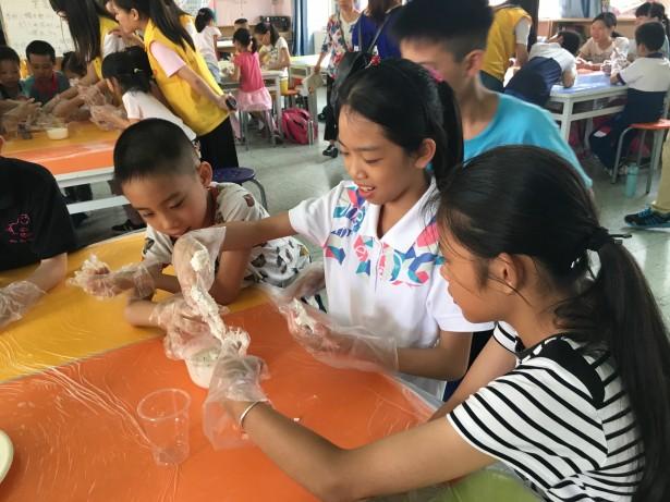 手工课,同学们学习制作糯米糍