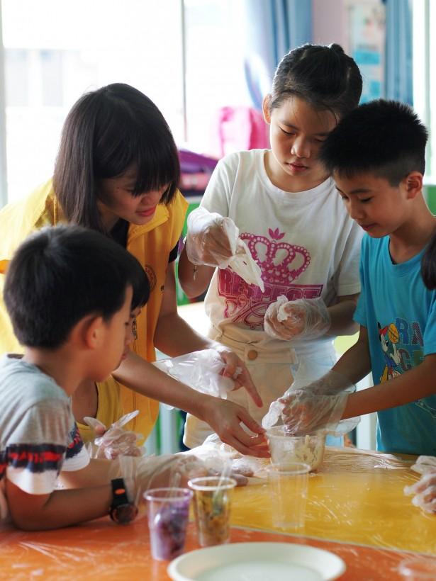 手工课,同学们认真制作糯米糍