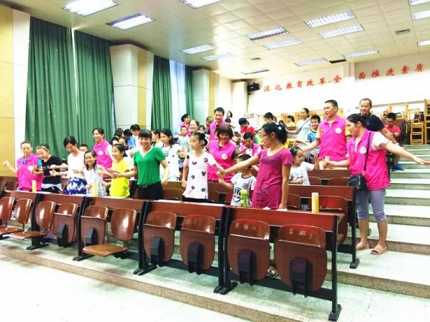 老师带领学员和家长进行热身游戏