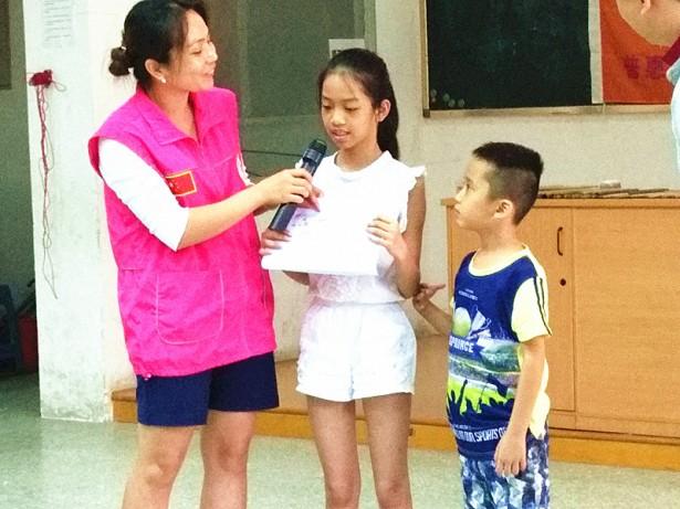 学员与家长上台分享他们的曼陀罗