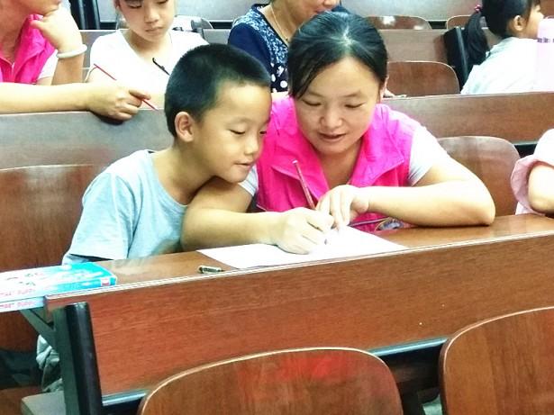 学员与家长共同绘制曼陀罗