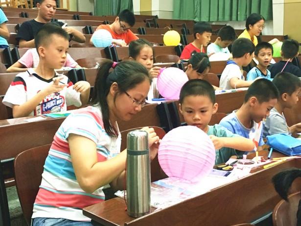 学员与家长共同制作灯笼