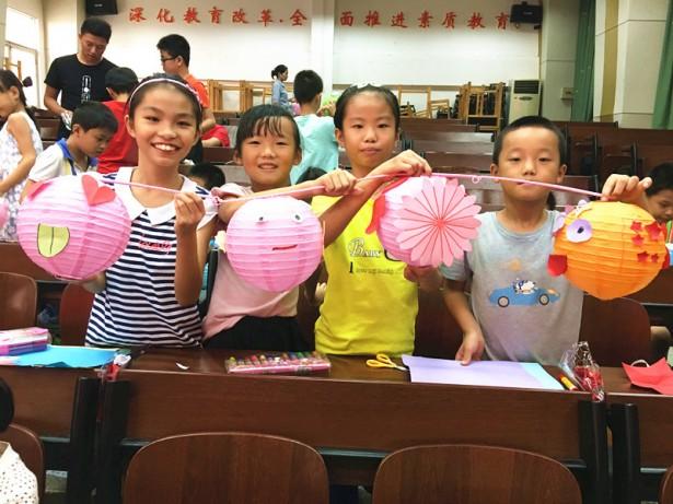 学员们展示自己制作的灯笼