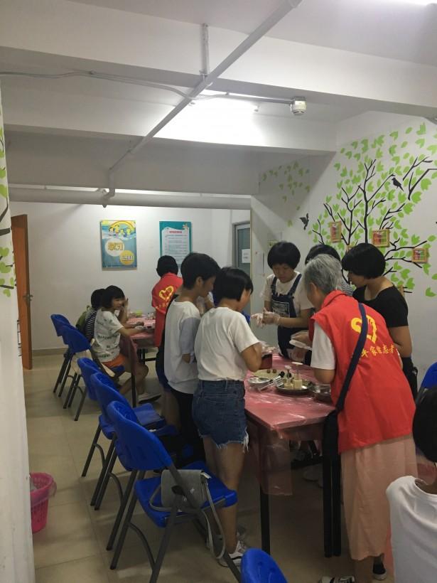 青少年在志愿者教导下学习制作冰皮月饼