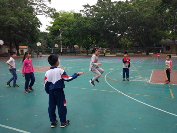 体育活动,从跳绳中增强团队协作的认识
