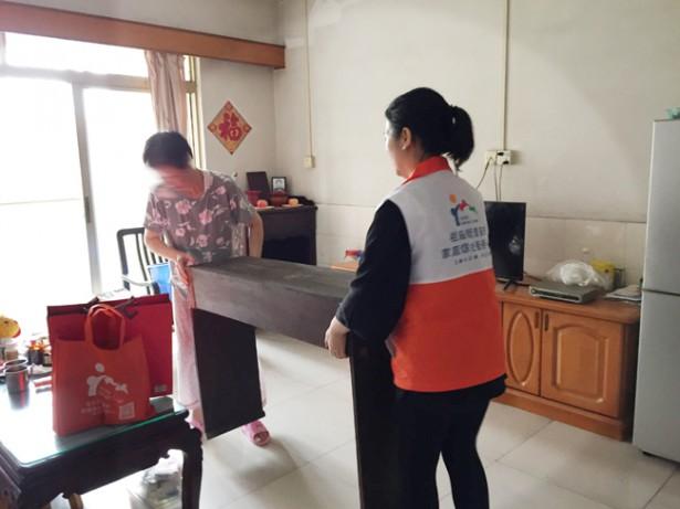 社工协助长者处理屋内物品整理