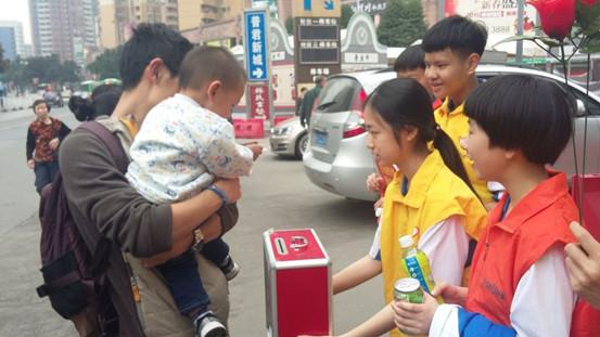 你看!小孩子们也通过小小的力量去支持我们的爱心募捐!