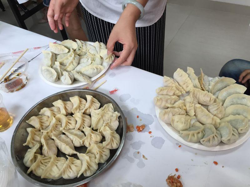 一个个卖相极佳的饺子很快便堆满一盘盘