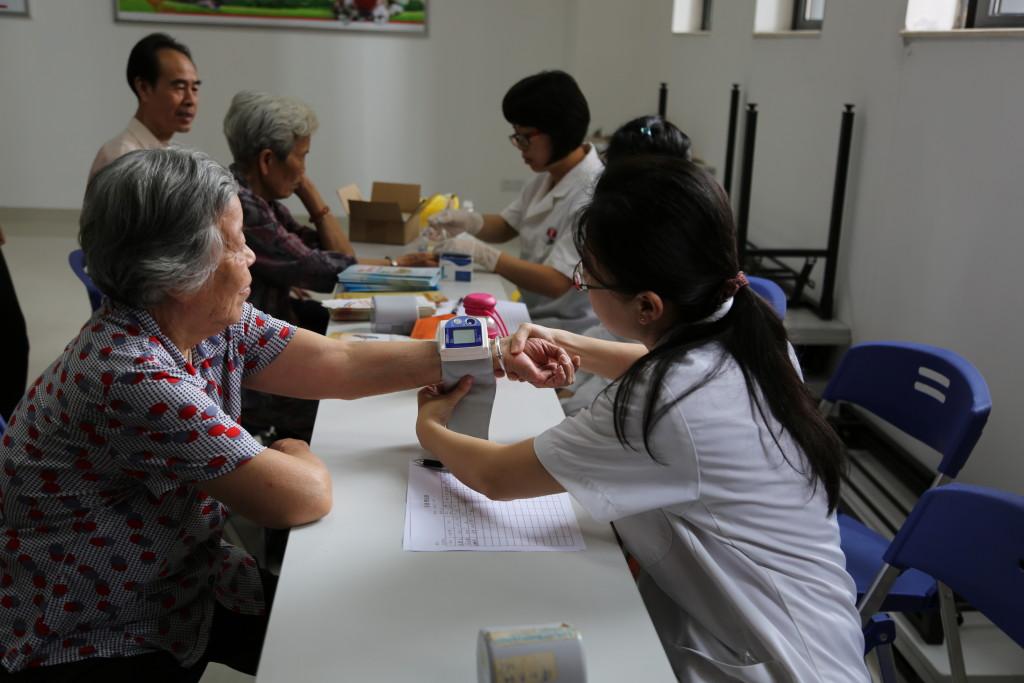 医院在场为有需要的长者进行血压、血糖的测量。