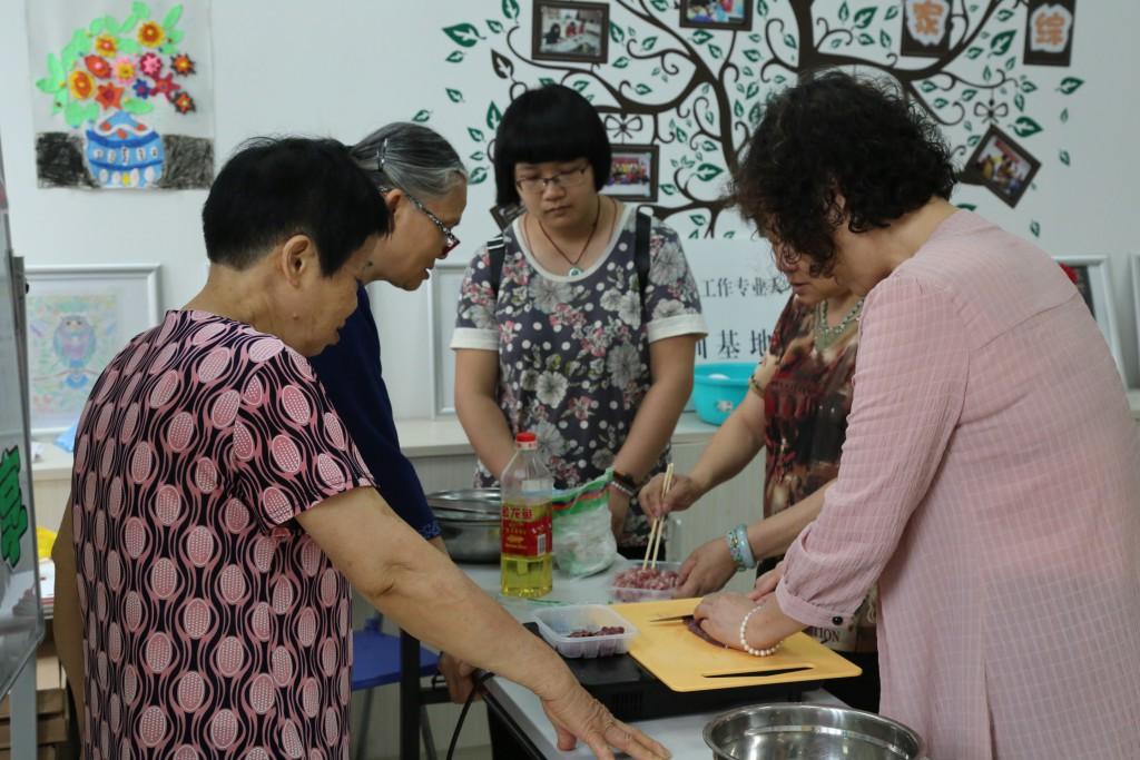 小组成员进行靓汤制作